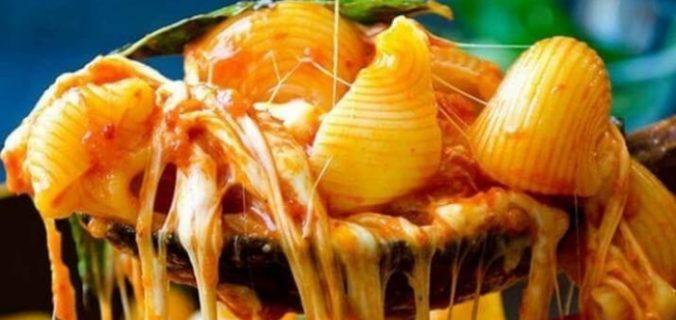 Макарони з моцарелою, томатами