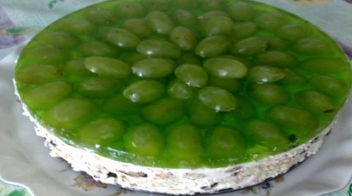 Торт без випічки з виноградом