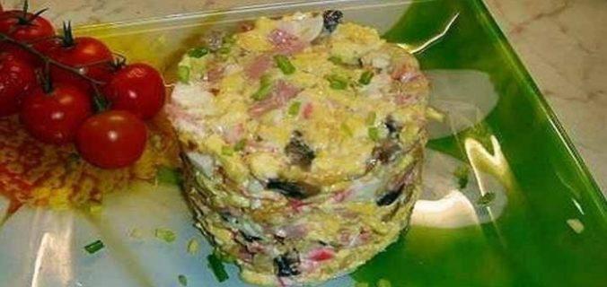 Салат з омлетом, грибами і часником. Авторський рецепт від передплатника
