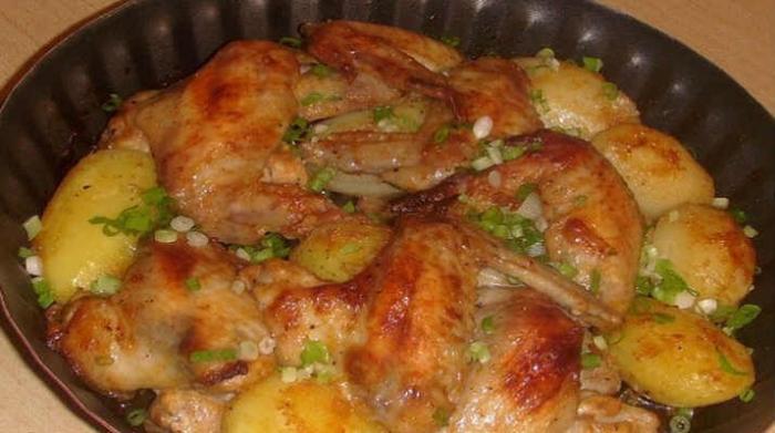 Крильця, запечені з картоплею