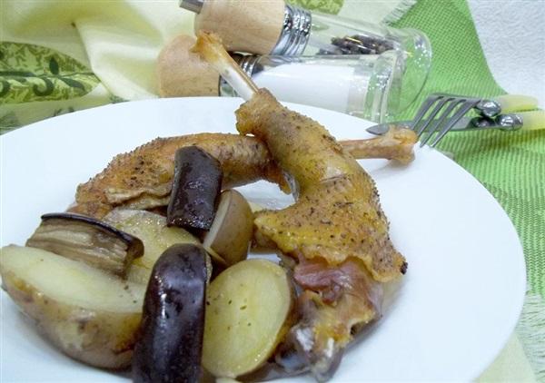 Запечена курка: рецепт з картоплею і баклажанами