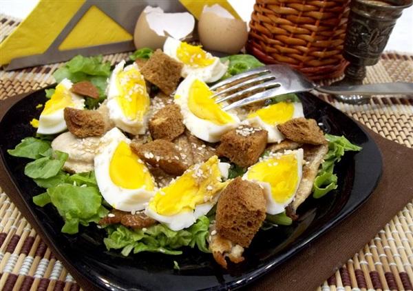 Теплий салат: рецепт з рибою і яйцями