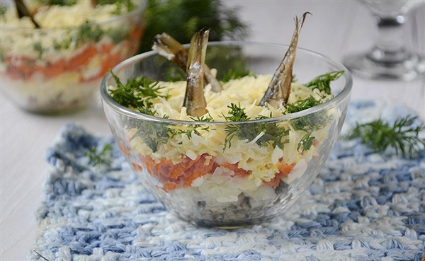 Салат «Рибки в ставку» зі шпротами, рецепт з фото