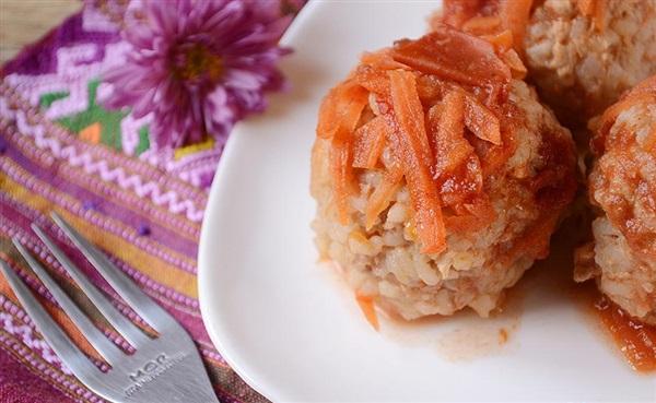 Тефтелі з фаршу з рисом в томатному соусі - рецепт з фото