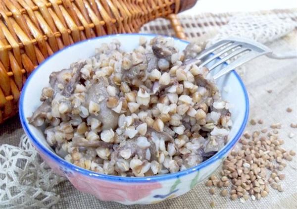 Тушкована гречка з грибами — як приготувати?