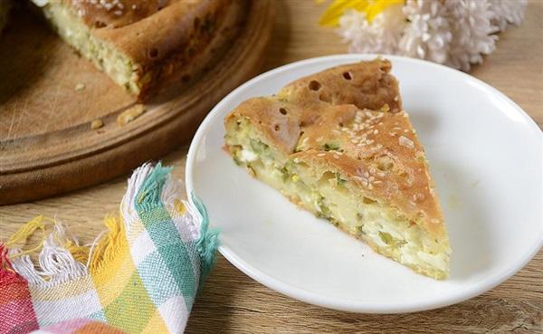 Рецепт: Заливний пиріг з зеленою цибулею і яйцем на кефірі
