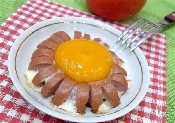 Яєчня з сосисками: рецепт «Ромашка»