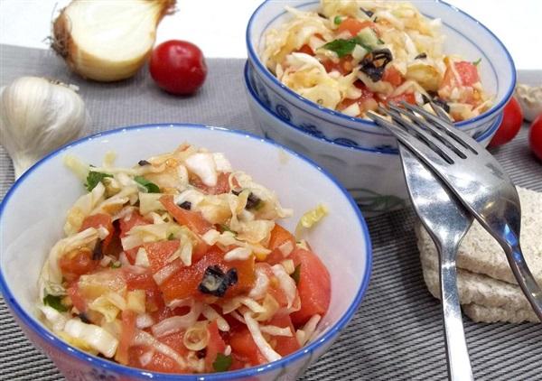 Салат Щітка: рецепт з свіжої капусти і помідорів
