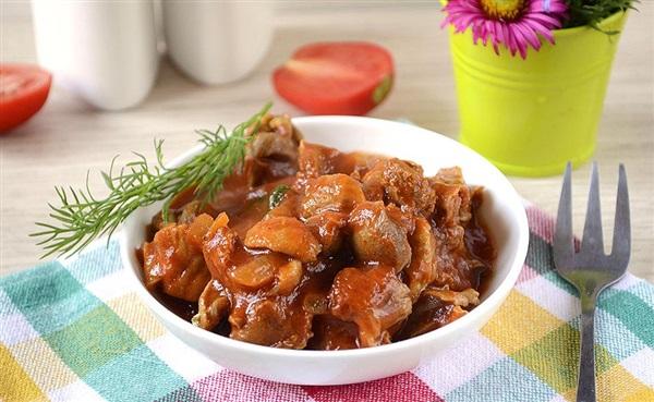 Тушковані курячі шлунки в томатному соусі: покроковий рецепт з фото