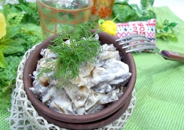 Лісові гриби в сметані на сковороді: покроковий рецепт