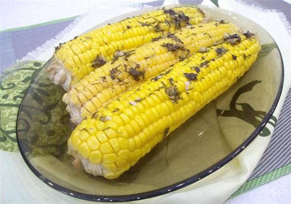 Печена кукурудза в духовці: покроковий рецепт з маслом, часником і спеціями