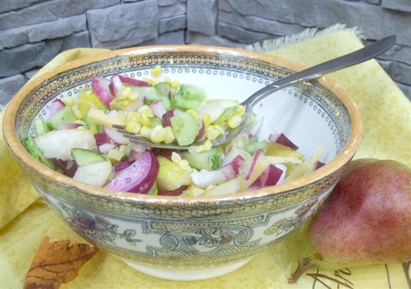 Салат з кукурудзою, грушами, редисом, сиром і огірками: покрокові фото, відео