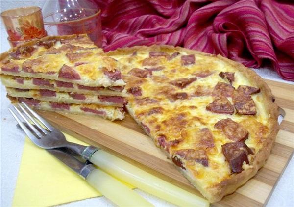Відкритий пиріг з ковбасою з пісочного тіста: покроковий рецепт з фото