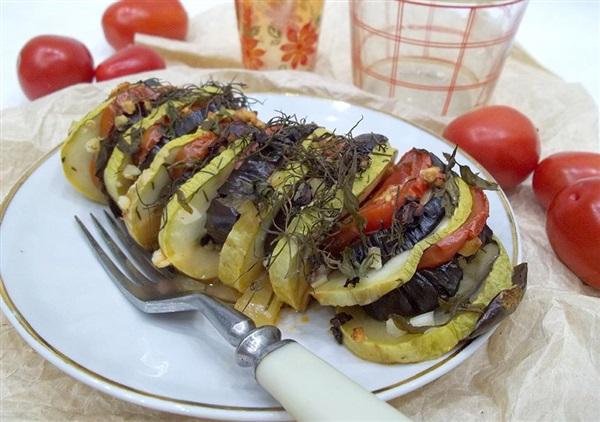 Запечені баклажани з кабачками під соусом: покрокові фото, відео