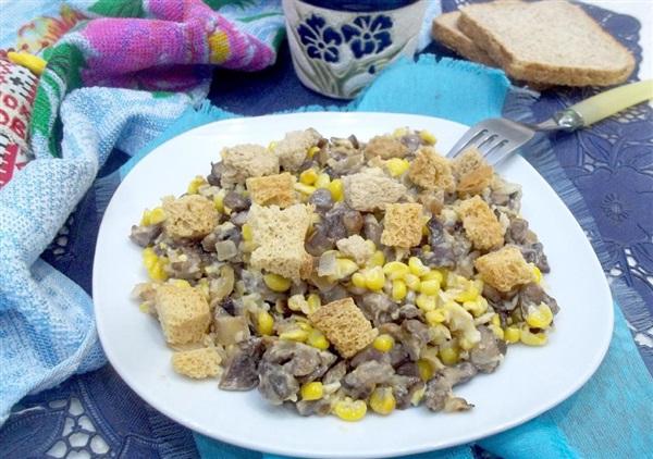 Салат з кукурудзою, грибами і сухариками: покрокові фото, відео