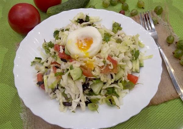 Салат з помідорами, аґрусом і яйцем-пашот: покрокові фото, відео