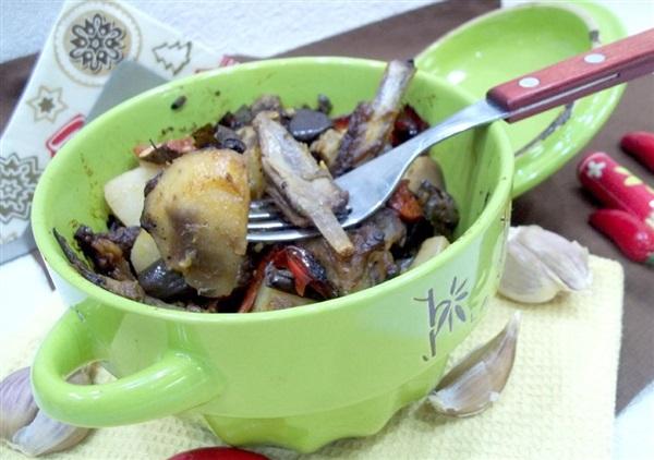 Горщики з бараниною, картоплею і баклажанами: покрокове приготування
