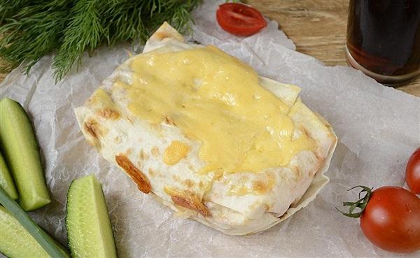 Пиріг з лаваша з сиром і мисливськими ковбасками – рецепт з фото
