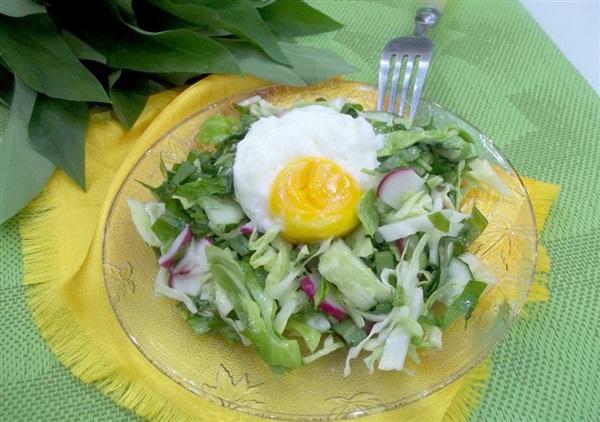 салат з черемші, молодої капусти, кінзи і яйця-пашот: покроковий рецепт