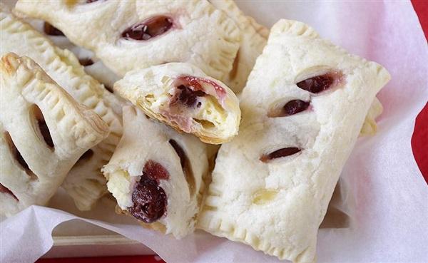 Слойки з сиром та вишнями – покроковий рецепт і фото