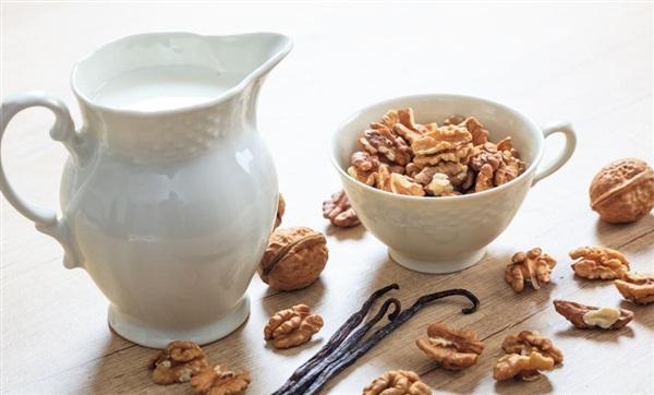 Молоко з волоських горіхів: користь і шкода, як зробити, рецепти