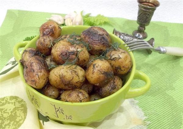 Смажений молода картопля на вершковому маслі — секрети приготування