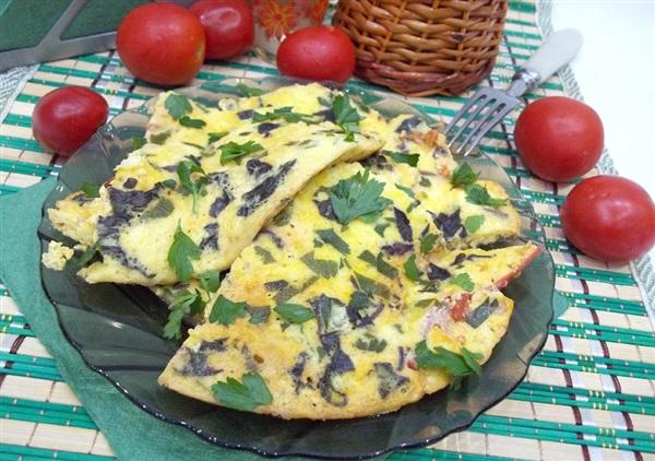 Сирний омлет на сметані з помідорами на сковороді: покроковий рецепт з фото