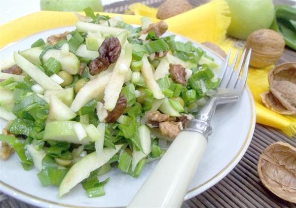 Салат з черемші: покроковий рецепт з яблуками, горошком і волоськими горіхами