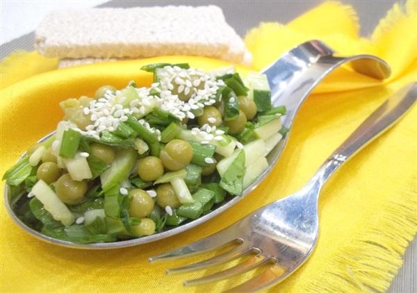Весняний салат з черемші: покроковий рецепт з зеленим горошком, огірками та яблуками