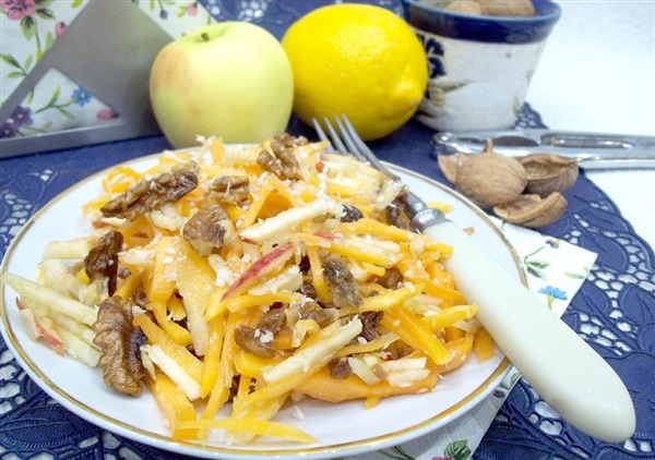 Салат з гарбузом, яблуками, горіхами і родзинками — як приготувати?