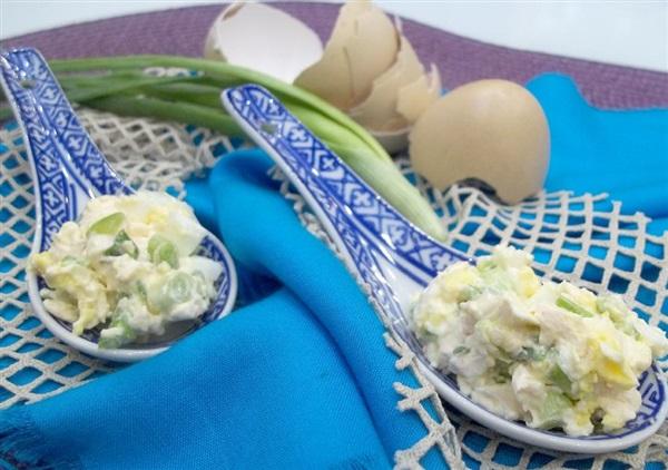 Закуска з плавленого сиру, яєць і зеленого лука: покрокове приготування
