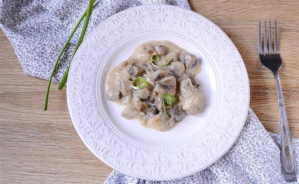 Курка з грибами, тушковані в молоці – покроковий рецепт з фото