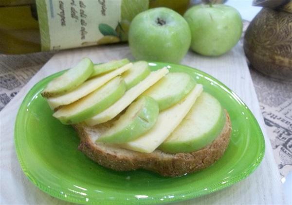 Брускетта з яблуками і сиром: покроковий рецепт італійської кухні