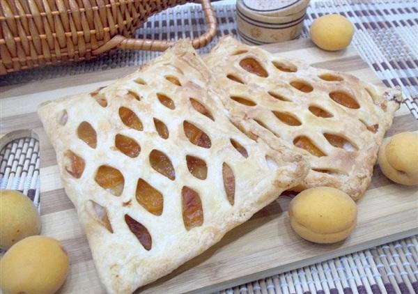 Слойки з готового листкового тіста з абрикосами: покрокове приготування