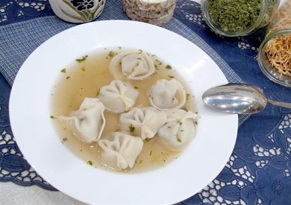 Простий суп з пельменями на бульйоні: покрокове приготування
