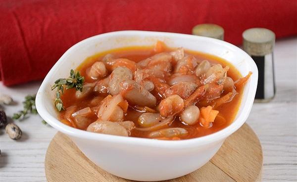 Квасоля тушкована у томаті з овочами: покроковий рецепт