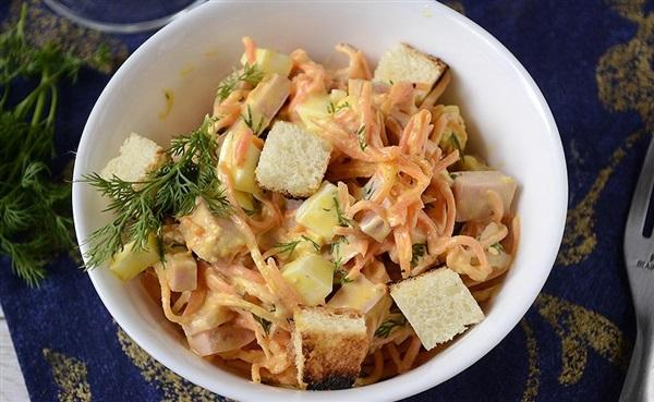 Салат з корейською морквою, ковбасою і сухариками: рецепт з фото