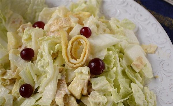 Салат з пекінської капусти з яєчними млинцями: покроковий рецепт