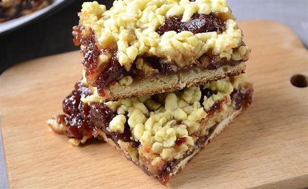 Тертий пиріг на маргарині з варенням в духовці: покроковий рецепт