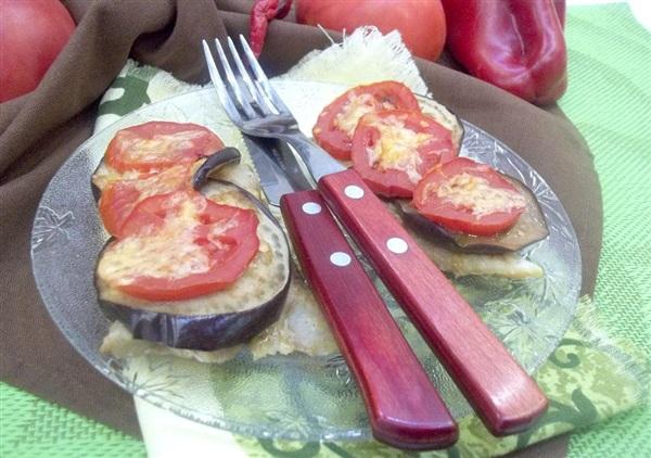 Запечений минтай з баклажанами та помідорами: покроковий рецепт з фото і відео