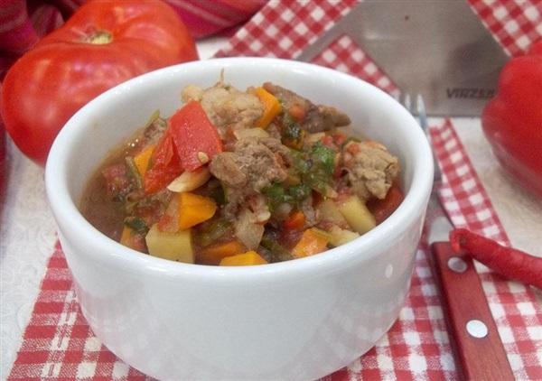 Смаження на плиті: покроковий рецепт зі свининою, картоплею, солодким перцем і помідорами