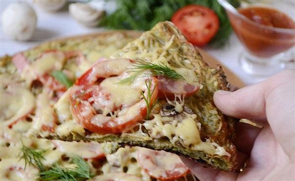 Кабачкова піца з помідорами і ковбасою в духовці — рецепт з фото