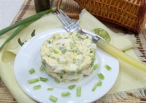 Салат із зеленої цибулі, сиру і яєць: покроковий рецепт з фото