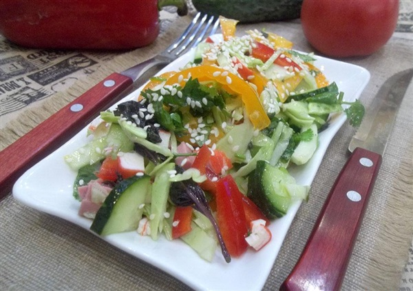 Салат з ковбасою, крабовими паличками, капустою і помідорами: покроковий рецепт з фото і відео