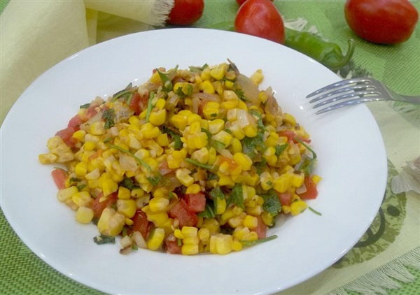 Смажена кукурудза з цибулею і помідорами: секрети приготування і покроковий рецепт з фото