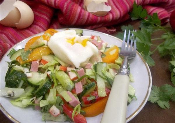 Салат з крабовими паличками, ковбасою, капустою, помідорами і яйцем-пашот: покроковий рецепт з фото