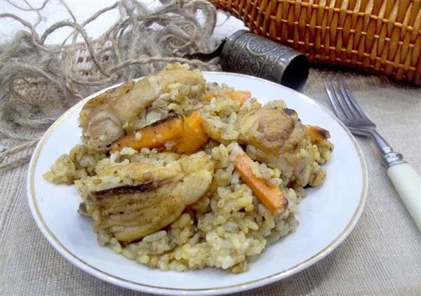 Курячі стегенця, тушковані з рисом та морквою: покроковий рецепт з фото і відео