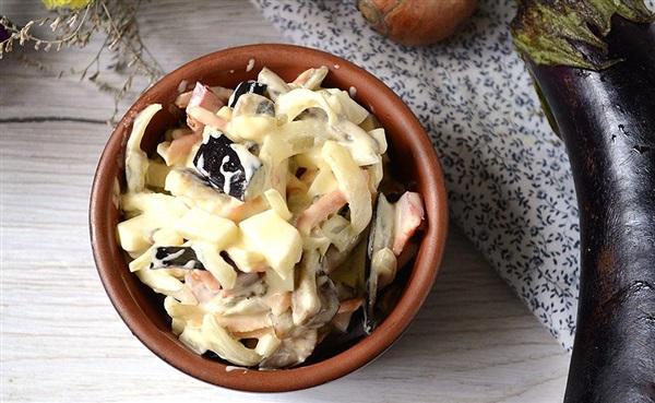 Салат з баклажанів з яйцем і цибулею – рецепт з фото