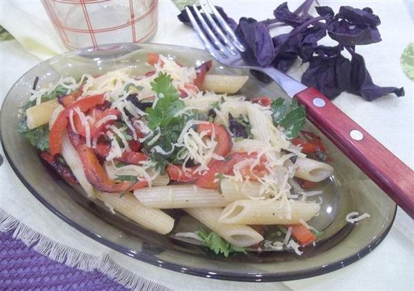 Теплий салат з макаронів, солодкого перцю та сиру: покрокові фото, відео
