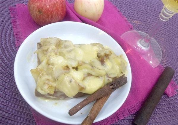 Солодкий тост з карамелізованими яблуками і сиром: покроковий рецепт з фото
